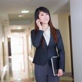Biznesowa kobieta z telefonem komórkowym zdjęcie stock