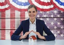 Biznesowa kobieta zakrywa dom przeciw flaga amerykańskiej Zdjęcie Royalty Free