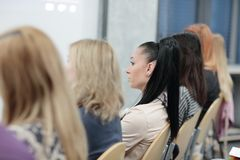 Biznesowa konferencja i prezentacja Widownia przy sala konferencyjną obrazy royalty free