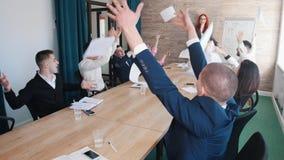 Biznesowa konferencja w biurze Ludzie rzuca papiery w powietrzu zdjęcia stock