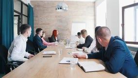 Biznesowa konferencja w biurze Mężczyzny rysować mapy na desce fotografia stock