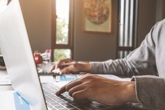 Biznesowa księgowość, biznesmen używa komputerowego laptop z docu zdjęcia royalty free