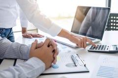 Biznesowa księgowy bankowość, partner biznesowy ofiara kalkuluje zdjęcia stock