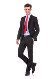 Biznesowa mężczyzna pozycja z ręką w kieszeni Zdjęcia Royalty Free
