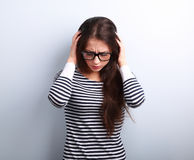 Biznesowa nieszczęśliwa młoda kobieta z migreny mienia głową ręka obraz royalty free