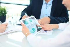 Biznesowa osoba analizuje pieniężne statystyki obrazy stock