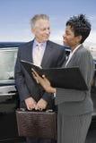 Biznesowa osoba Dyskutuje raporty Przy lotniskiem Zdjęcie Stock