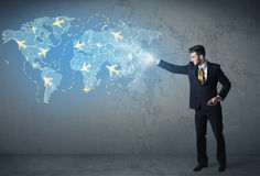 Biznesowa osoba pokazuje cyfrową mapę z samolotami dookoła świata Zdjęcie Stock