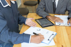 Biznesowa osoba teraźniejsza fachowy inwestor pracuje nowego sta zdjęcia stock