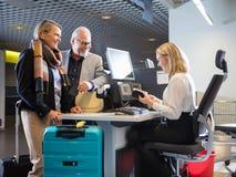 Biznesowa para Patrzeje Pięcioliniowego Sprawdza paszport Przy lotniskiem Ch Zdjęcia Royalty Free