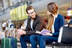 Biznesowa para przy lotniskiem zdjęcie royalty free