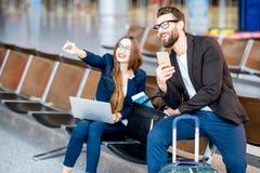 Biznesowa para przy lotniskiem zdjęcia stock