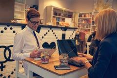 Biznesowa para W kawiarni Zdjęcie Royalty Free