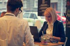 Biznesowa para W kawiarni Obraz Royalty Free