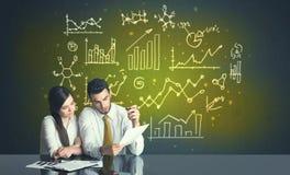 Biznesowa para z biznesowymi diagramami Zdjęcie Stock