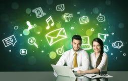 Biznesowa para z ogólnospołecznymi medialnymi symbolami Zdjęcia Stock