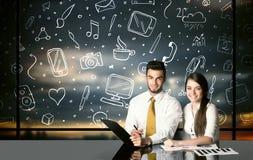 Biznesowa para z ogólnospołecznymi medialnymi symbolami Zdjęcie Royalty Free