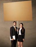 Biznesowa para z pustym kartonem Obraz Royalty Free