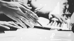 Biznesowa pojęcie fotografia Spotkanie inwestorscy kierownicy Kobiety mienia pióra ręka, mężczyzna używa laptopu tło Grafiki ikon Fotografia Royalty Free