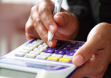 Biznesowa pojęcie ręka analizuje pieniężnych dane Obraz Royalty Free