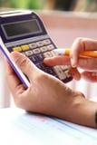 Biznesowa pojęcie ręka analizuje pieniężnych dane Zdjęcie Stock