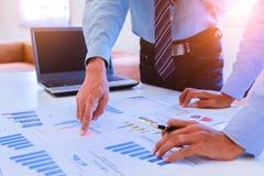 Biznesowa praca zespołowa dyskutuje pomysły obrazy stock