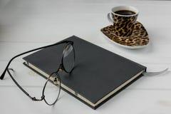 Biznesowa pracująca przestrzeń Kawa, laptop, notepad Obrazy Stock