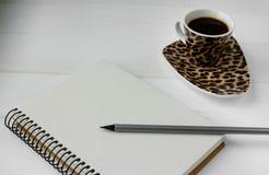 Biznesowa pracująca przestrzeń Kawa, laptop, notepad Zdjęcia Royalty Free