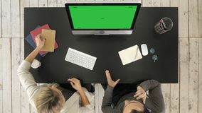 Biznesowa projekt drużyna pracuje wpólnie przy pokojem konferencyjnym przy biurem Zielony ekran W górę pokazu zbiory