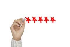 Biznesowa ręka czeka ocena z czerwonym markierem na pięć gwiazdowej ocenie Obraz Stock