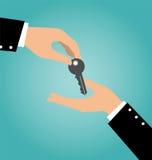 Biznesowa ręka daje kluczowi inna ręka Fotografia Royalty Free