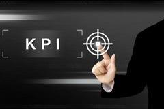 Biznesowa ręka pcha kluczowego występu wskaźnika lub KPI guzika dalej Zdjęcie Royalty Free