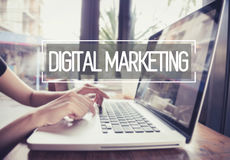 Biznesowa ręka pisać na maszynie na laptop klawiaturze z cyfrowym marketingiem Fotografia Royalty Free