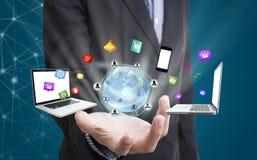 Biznesowa ręka trzyma globalną sieć z ogólnospołecznymi medialnymi ikonami Fotografia Stock