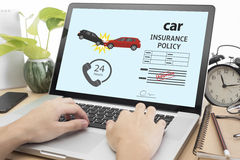 Biznesowa ręka używać komputer z ochrony ubezpieczeniem samochodu Obrazy Stock