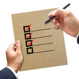Biznesowa ręka z czeków pudełkami na papierowym pojęciu zdjęcia stock