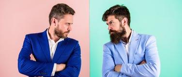 Biznesowa rywalizacja i konfrontacja Partnerów biznesowych konkurenci w kostiumach z spiętymi brodatymi twarzami biznesmeni zdjęcia royalty free