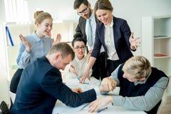 Biznesowa rywalizacja w biurze Zdjęcia Royalty Free