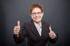 Biznesowa starsza dama seansu kopia jak gest zdjęcia stock