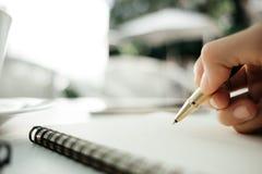 Biznesowa tło ręka biznesmen z piórem pisze na pustym miejscu obraz stock