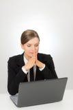 Biznesowa uśmiechnięta kobieta z laptopu główkowaniem i obsiadaniem Zdjęcia Stock