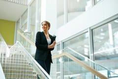 biznesowa wewnętrzna biurowa kobieta Żeński pracownik Fotografia Stock