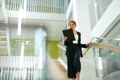biznesowa wewnętrzna biurowa kobieta Żeński pracownik Zdjęcie Royalty Free