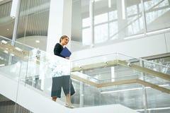 biznesowa wewnętrzna biurowa kobieta Żeński pracownik Zdjęcia Royalty Free