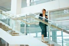 biznesowa wewnętrzna biurowa kobieta Żeński pracownik Obraz Royalty Free