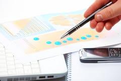 biznesowa wykresów ręki samiec Fotografia Stock