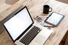 Biznesowe analityka z pastylka pecetem i laptopem Zdjęcie Stock