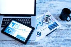 Biznesowe analityka z pastylka pecetem i laptopem obrazy royalty free