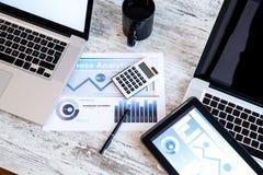 Biznesowe analityka z pastylka pecetem i laptopem obrazy stock