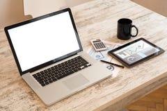 Biznesowe analityka z pastylka pecetem i laptopem Obraz Royalty Free